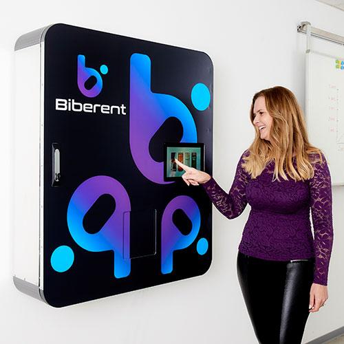 BibCooler Getränkeautomat mit Touchscreen und drahtloser App-Steuerung.